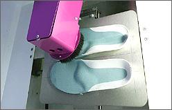 Fräsen - das korrigierte Fußprofil wird exakt ausgearbeitet.